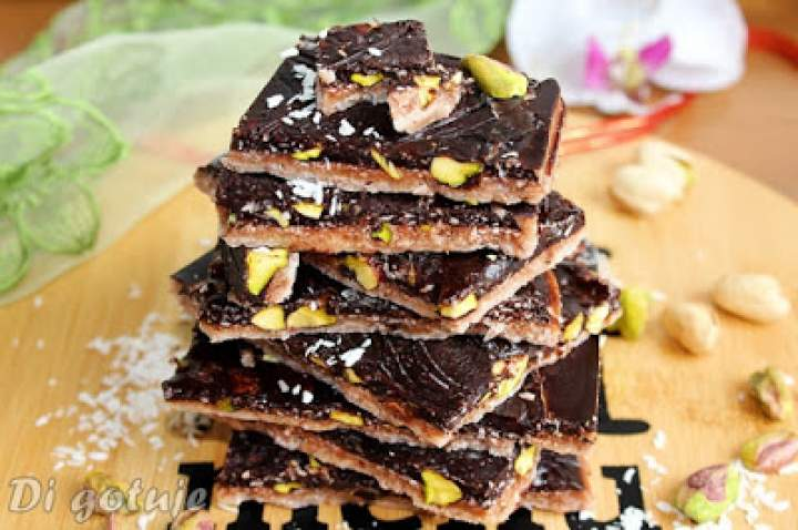 Dwukolorowa wegańska czekolada kokosowa z pistacjami