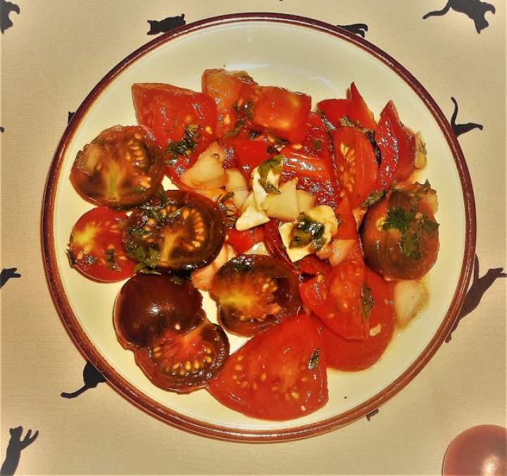 Sałatka z czarnych pomidorów koktajlowych
