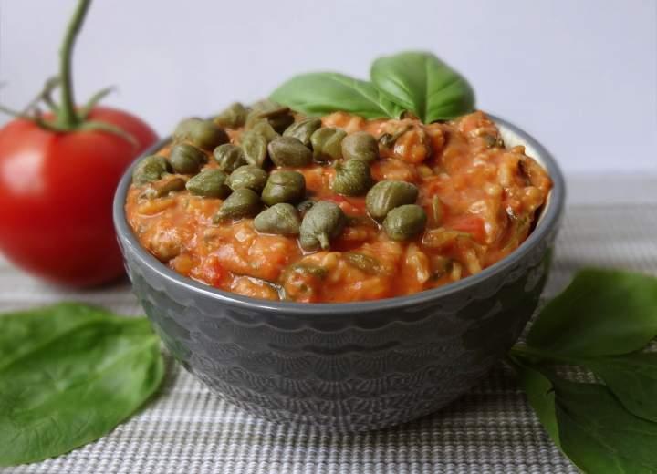 Wytrawna owsianka pomidorowa ze szpinakiem i kaparami