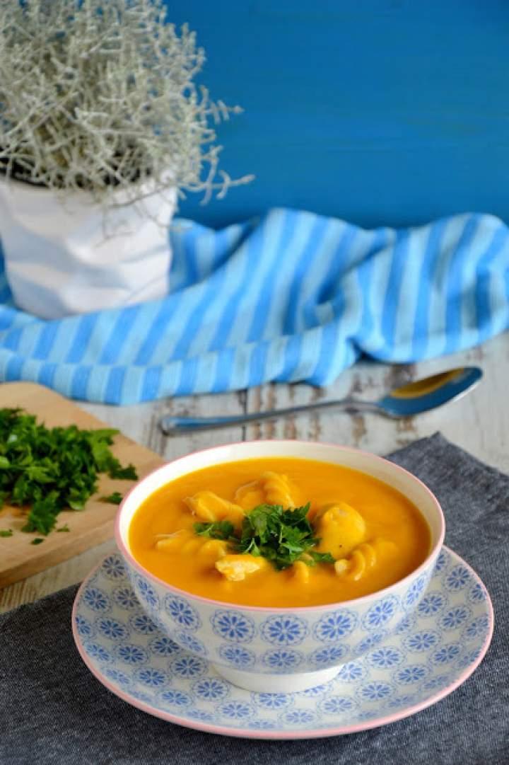 Rozgrzewająca i sycąca zupa z dynią, kurczakiem i makaronem