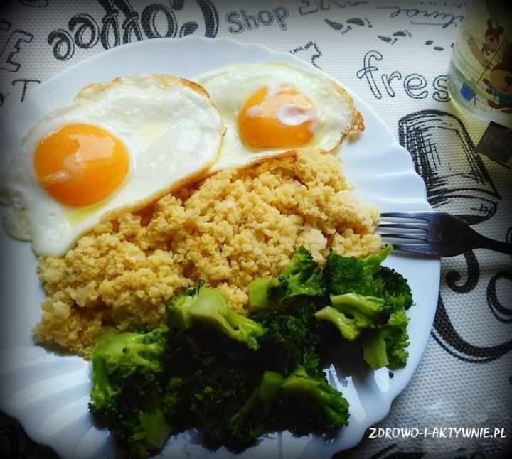 Szybki wartościowy obiad-JAJA Z KASZĄ JAGLANĄ I BROKUŁEM