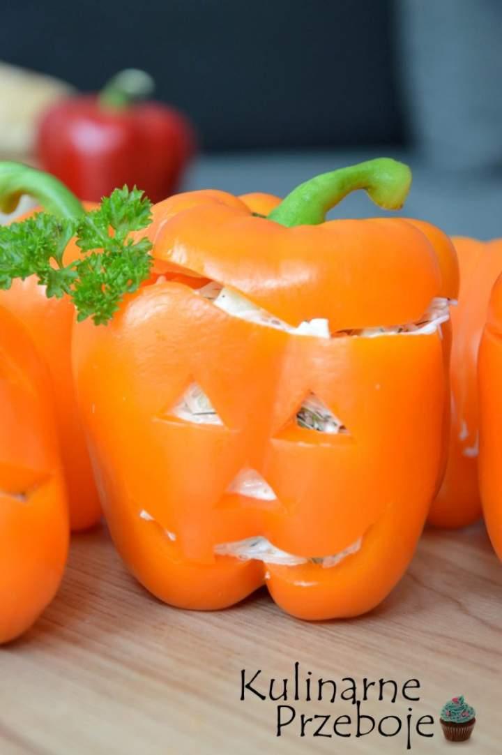 Papryka nadziewana sałatką. Papryki a'la dynie Halloween.