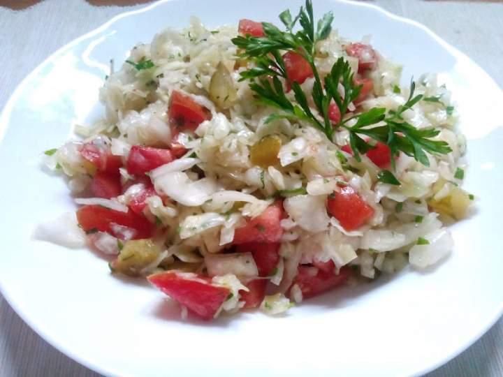 Surówka z białej kapusty z pomidorem i ogórkiem