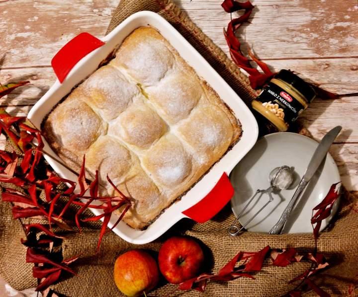 Ciasto z połówkami jabłek i masłem orzechowym