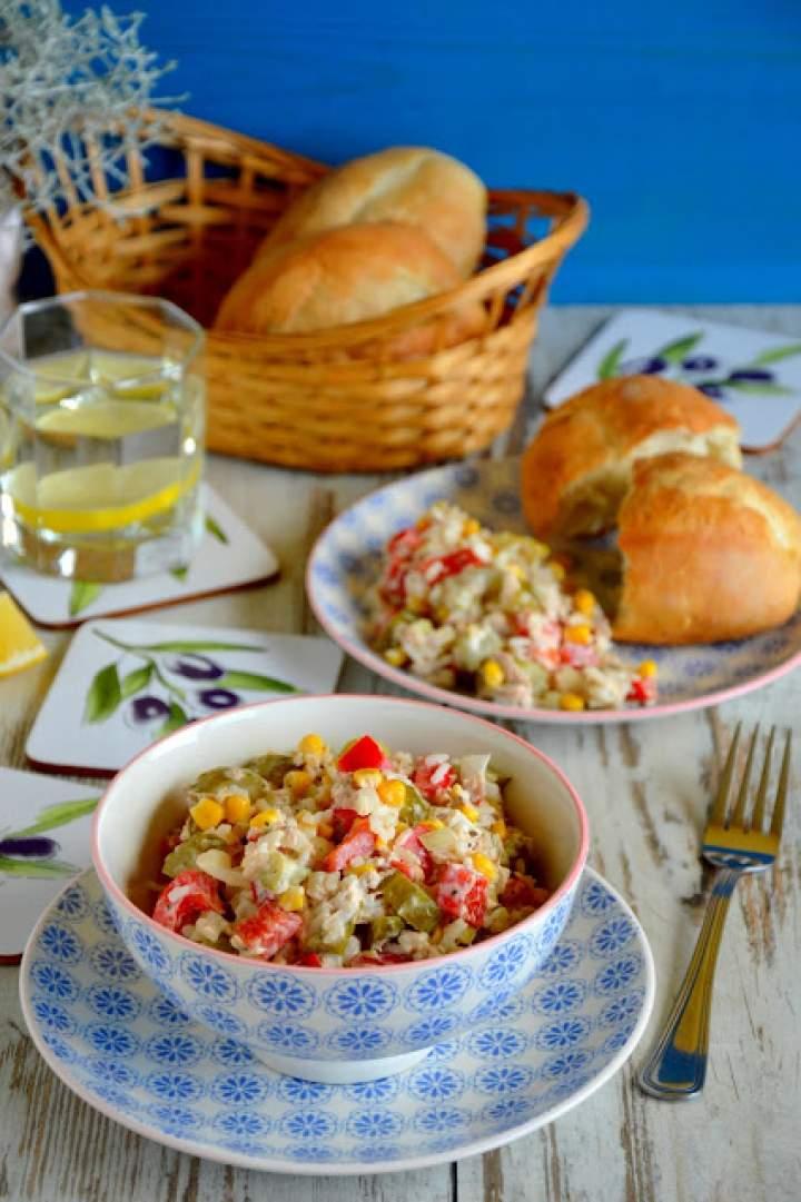 Sałatka z tuńczyka z ryżem i warzywami