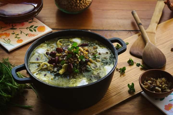 Perska zupa ziołowa z makaronem – Ashe Reshteh
