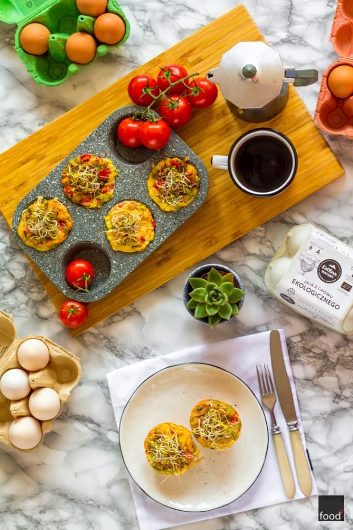 Muffiny jajeczne z wędzonym pstrągiem i pomidorami
