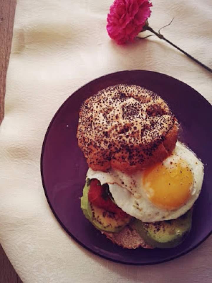 Poranny burger z jajkiem sadzonym