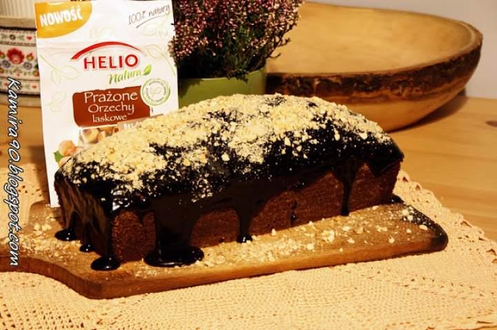 Piernikowy keks z polewą czekoladową i prażonymi orzechami