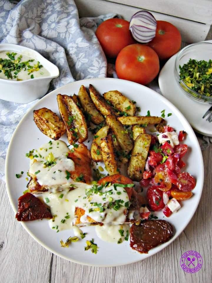 Filet z kurczaka z suszonymi pomidorami w sosie maślano śmietankowym