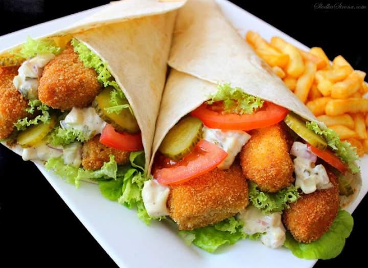 Tortilla z Chrupiącą Rybą i Sosem Tatarskim