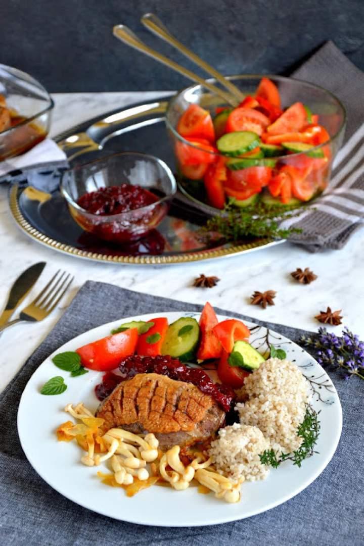 Pikantne piersi z kaczki z sosem wiśniowym, grzybami shimeji, kaszą i sałatką