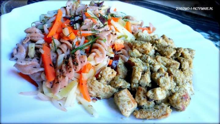 Makaron z warzywami i kurczakiem w pesto