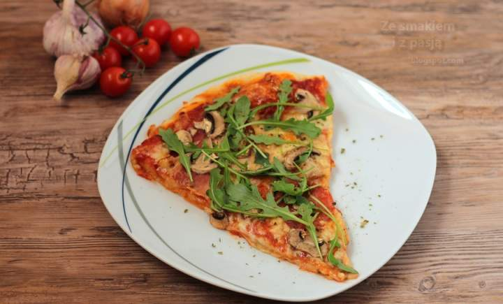 Pizza orkiszowa z rukolą i szynką szwarcwaldzką