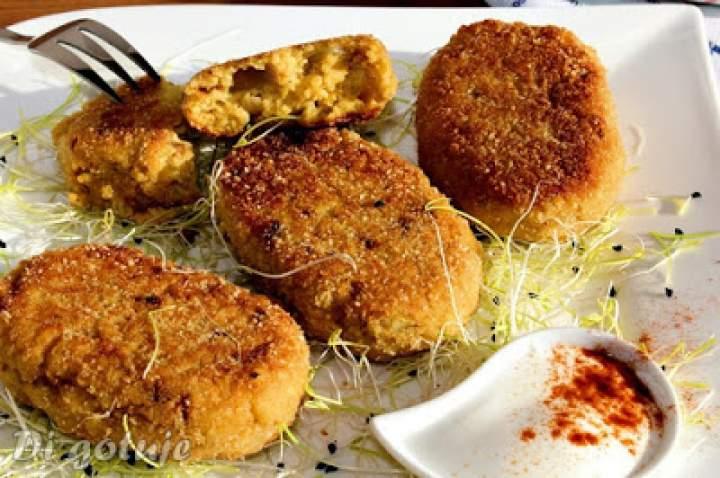 Kotlety z kaszy jaglanej ze smażoną cebulą i nutą paprykowo-curry