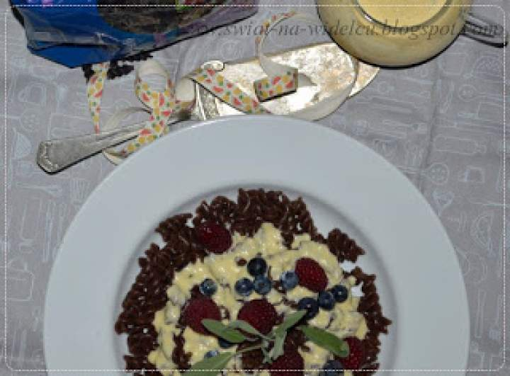 Makaron czekoladowy z sosem waniliowym i owocami