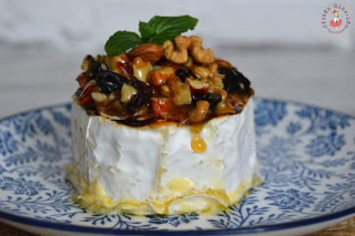 Camembert z orzechami i migdałami w miodzie