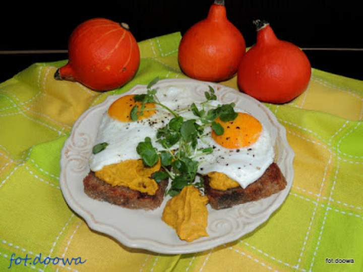 Ciepłe kanapki z pastą z dyni, sadzonym jajem i rukwią wodną