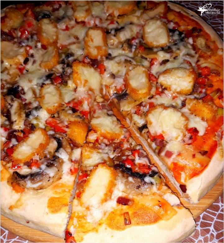 Pizza z nuggetsami na grubym cebulowym cieście