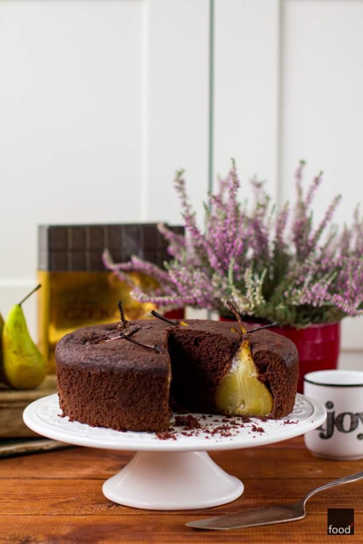 Bezglutenowe ciasto czekoladowe z całymi gruszkami gotowanymi w syropie