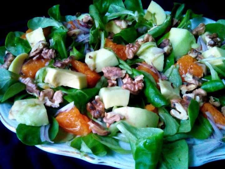 Salaka z awokado, pomarańczą i orzechami