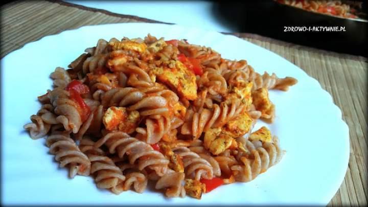 Makaron w pomidorach z kurczakiem