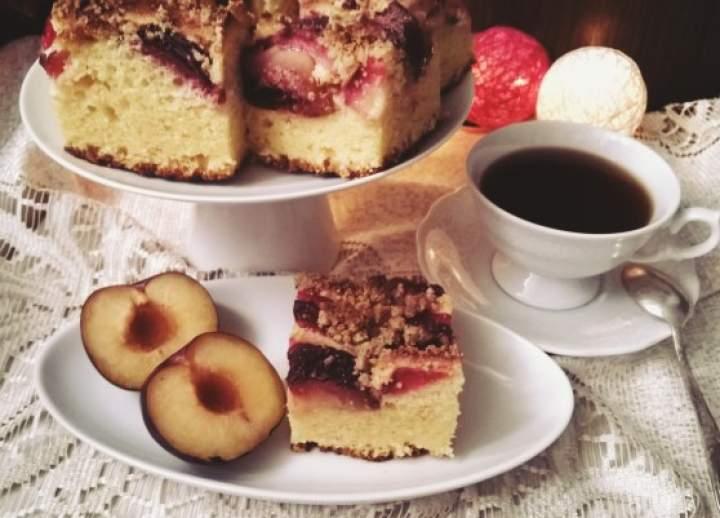 Najprostsze ciasto drożdżowe z owocami i kruszonką