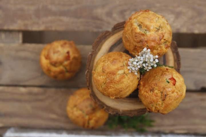 Muffinki na słono z cebulką, papryką i serem żółtym