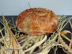 Chleb na zakwasie żytnim z ziarnami słonecznika