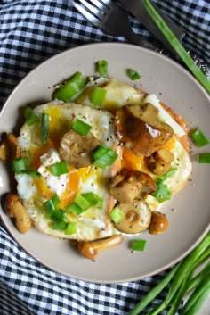 Grzanki z jajkiem i marynowanymi grzybkami