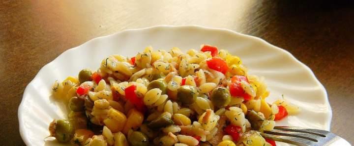 Sałatka z makaronem ryżowym i tuńczykiem