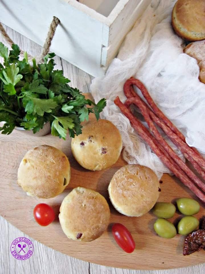 Bułeczki z kabanosami, zielonymi oliwkami i suszonymi pomidorami