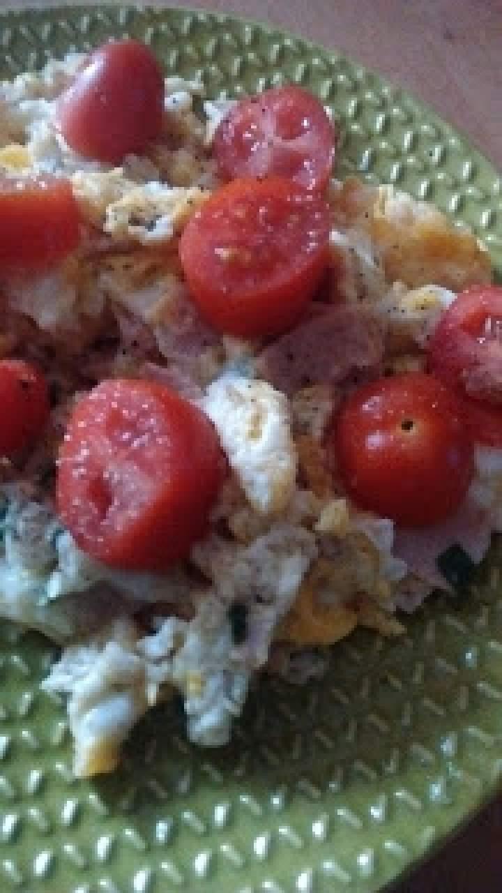 Jajecznica z szynką i szczypiorkiem