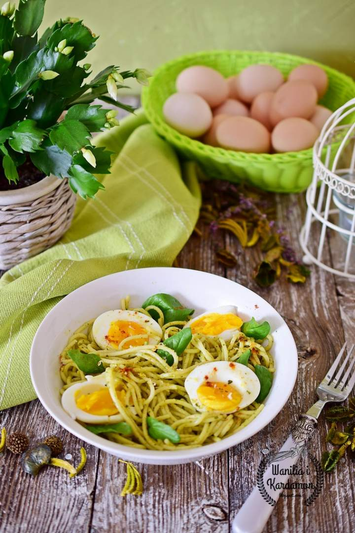 Spaghetti z zielonym  pesto i jajkami od szczęśliwych kurek