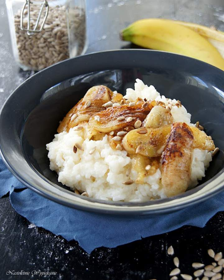 Ryż na mleku z karmelizowanym bananem i prażonym słonecznikiem