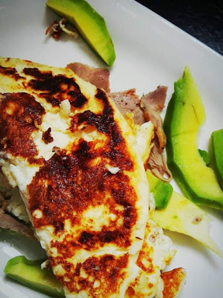 Omlet ze schabem i awokado