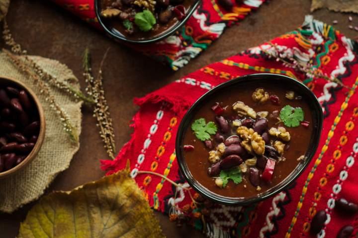 Fasolowa zupa kaukaska z orzechami włoskimi
