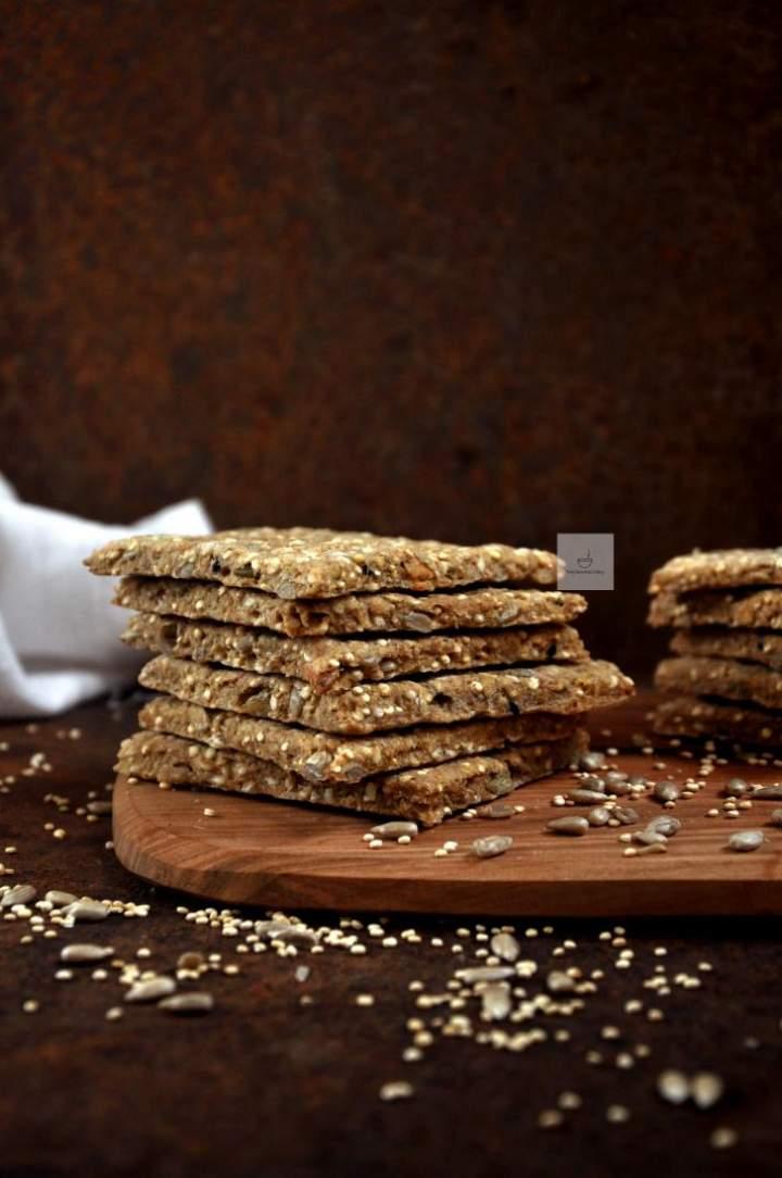 Bezglutenowy chrupiący chlebek z ziarnami (wegański)
