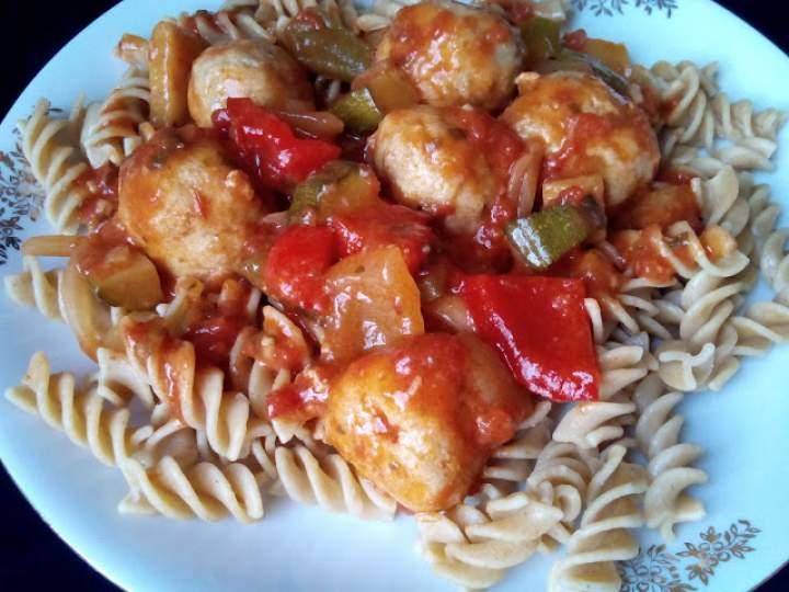 Pulpety z papryką w sosie pomidorowym