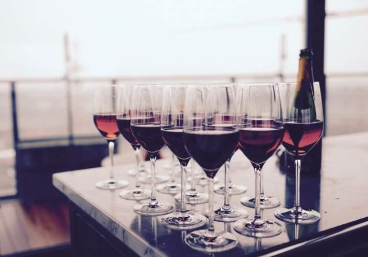 Czym różni się wino musujące od zwykłego prócz bąbelków?