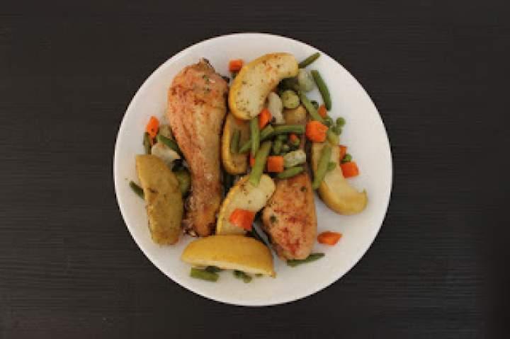 Pieczone pałki kurczaka z jabłkami na warzywach