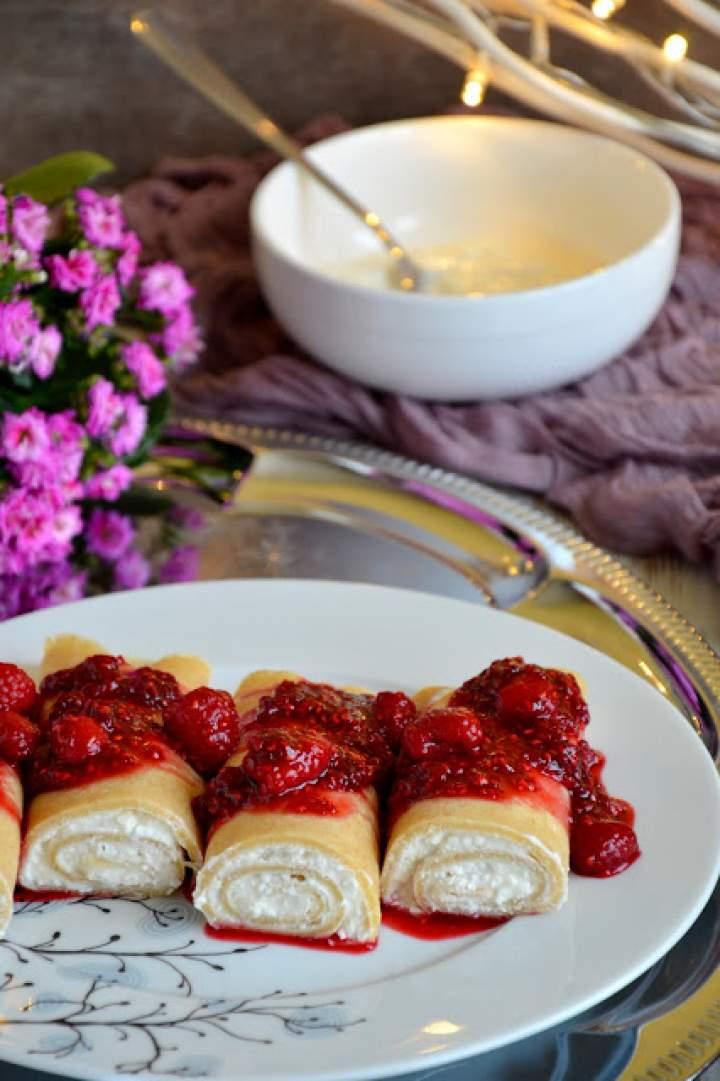 Pełnoziarniste naleśniki orkiszowe z twarogiem i sosem malinowym