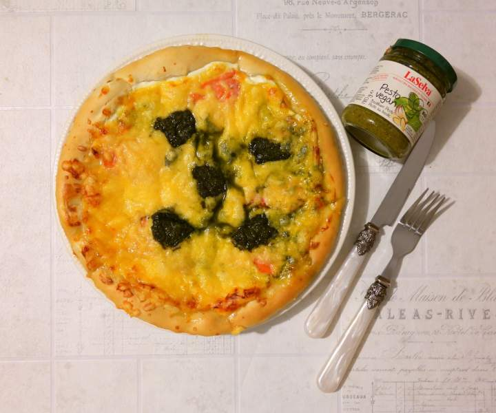 Pizza z łososiem i pesto