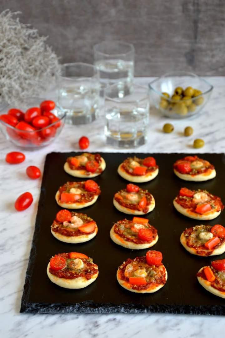 Mini pizze z krewetkami, pomidorkami, papryką i pikantną pastą pomidorową z awokado