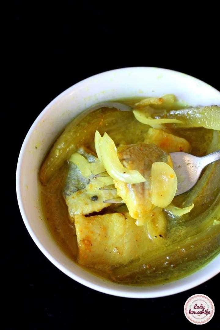 Śledzie w curry z ogórkiem kiszonym