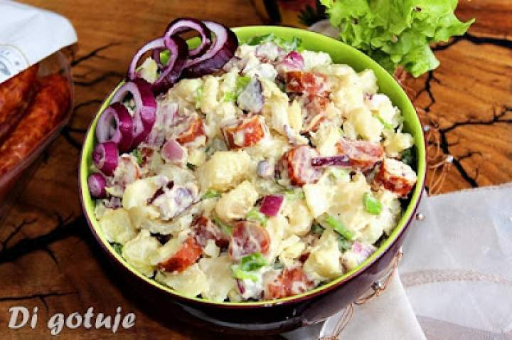 Ekspresowa sałatka ziemniaczana z frankfurterkami lub kiełbasą