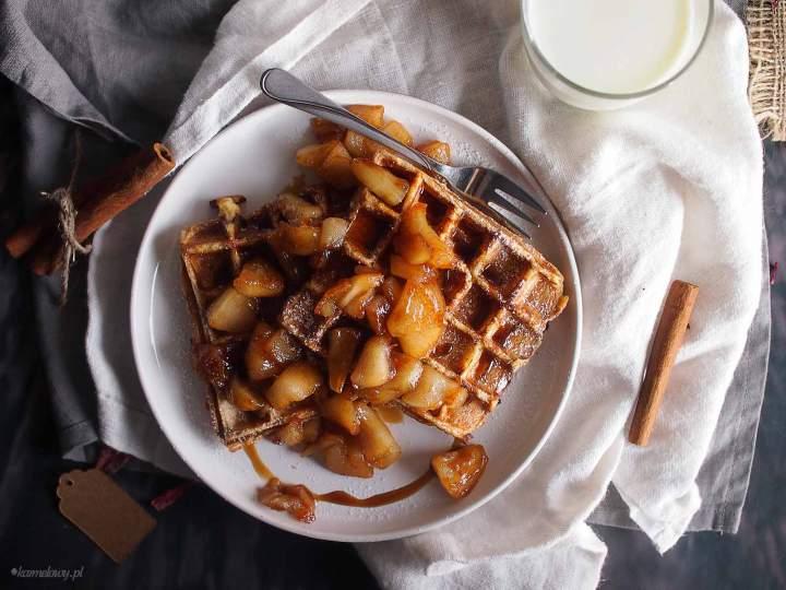 Tosty francuskie z gofrownicy z karmelizowanymi jabłkami / French toast waffles with caramelised apples