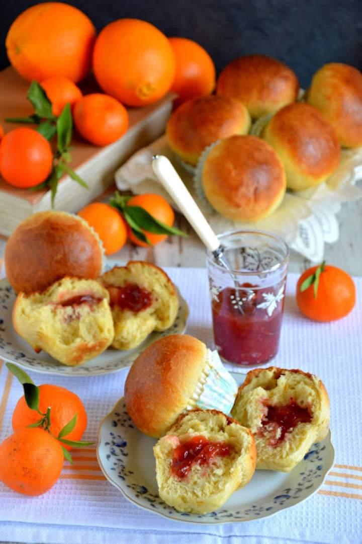 Brioszki pomarańczowo-kardamonowe z dżemem truskawkowym