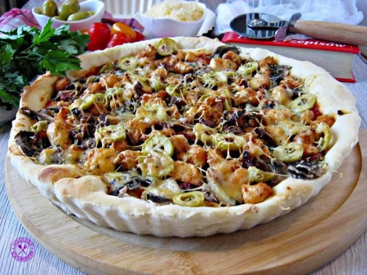 Pizza z kurczakiem, suszonymi pomidorami i oliwkami