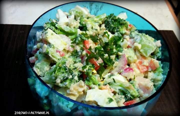 Sałatka z ryżem, jajkiem, kurczakiem i warzywami